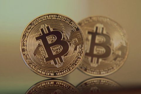 Bitcoin cannot stop losing its value